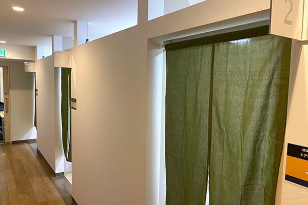 個室診療室のドアも開けた状態でのれんを使用して目隠し